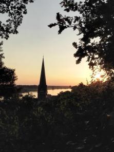 Sonnenuntergang hinter der Lauenburger Kirche vom Schlossberg aus gesehen