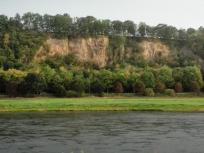 Typischer Aufschluss des Elbsandsteins am Fluss