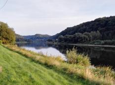 Hier bricht die Elbe durch das Elbsandsteingebirge, dahinter weitet sich das Tal Richtung Dresden