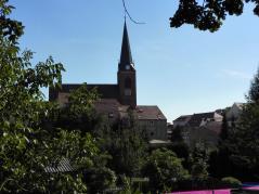 Die Stadtpfarrkirche St. Marien von der Seite gesehen