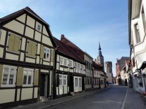 Altstadtgasse mit Blick auf den Eulenturm und die Stadtpfarrkirche