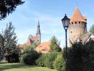 Rechts der Gefängnisturm der Burg, dahinter die Stadtpfarrkirche