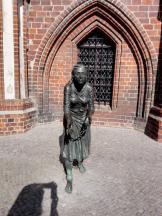 Historische Figur vor dem Rathaus
