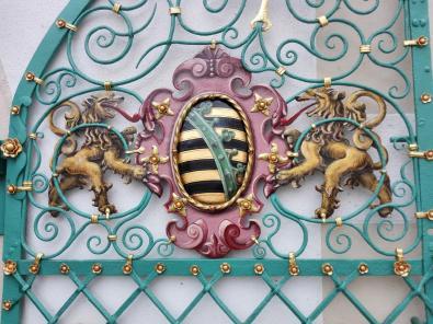 Wappen an der Front des Treppenturms