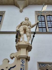 Ritterfiguren links und rechts am Aufgang zum Treppenturm