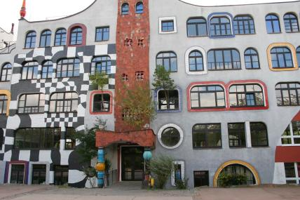 Front der von Friedensreich Hundertwasser umgestalteten Fassade des Luther-Melanchthon-Gymnasiums (Foto: Grahamec   http://commons.wikimedia.org   Lizenz: CC BY-SA 3.0 DE)