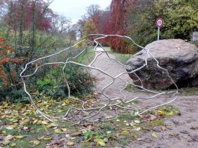 Skulptur zwischen Kunstmuseum und Schlosspark