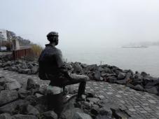 Der alte Seemann blickt sehnsüchtig auf den Strom