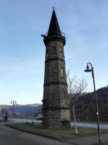 Kein Leuchtturm, sondern der Mast, an dem früher das Seil der Gierfähre für die Moselquerung befestigt war