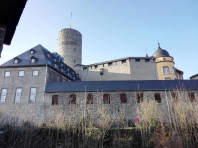 Blick von der Stadtmauer zur Genovevaburg
