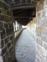 Wehrgang auf der alten Stadtmauer zwischen der Herz-Jesu-Kirche und der Genovevaburg