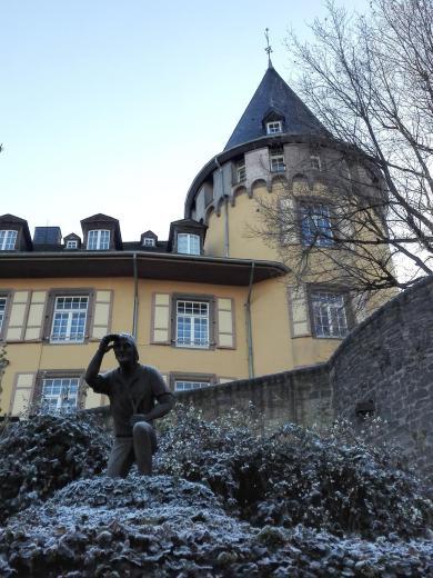 Skulptur des Mayener Jung nach einem Entwurf der Schauspielers Mario Adorf, Ehrenbürger von Mayen