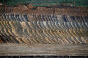 Die verschiedenen Bodenschichten im Tagebau (Foto: Andreas Pingel Keuth   http://commons.wikimedia.org   Lizenz: CC BY-SA 3.0 DE)
