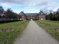 Frontalansicht auf das Kloster Langwaden