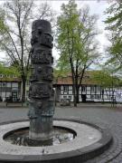 Brunnensäule mit Elementen der Gerresheimer Geschichte vor der Basilika