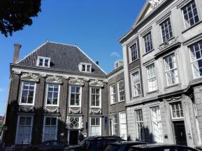 Häuser gegenüber der Kirche