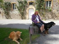 Endlich wieder Schatten! Kurze Pause im Schlosshof mit Bellis und Doxi.