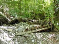 Aufgetürmte Steine vom letzten Hochwasserereignis