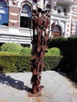 Skulptur vor einem der Häuser am Westplein