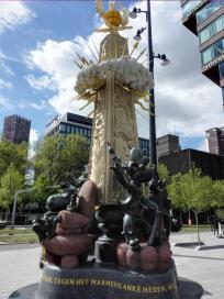 Skulptur neben der Markthalle