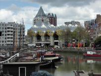 Blick über den Oudehaven zu den markanten Kubushäusern