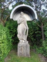Heiligenfigur am Anfang der Lindenallee