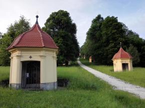Lindenallee mit 15 Rosenkranzstationen hinauf zur Schönebergkirche