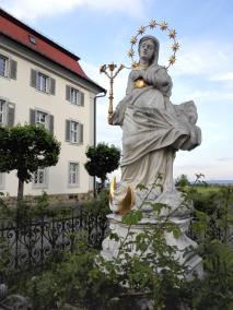 Marienfigur auf dem Vorplatz der Kirche