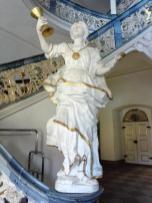 Figur am linken Treppenaufgang in der Neuen Abtei