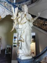 Figur am rechten Treppenaufgang in der Neuen Abtei