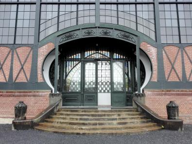 Der Eingang zur Maschinenhalle in Jugendstil-Optik von der Außenseite