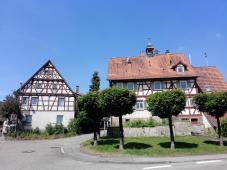 Das ehemalige Rathaus in Schmidthause (rechts)