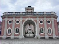 Das Eingangsgebäude am Vorhof der Anlage