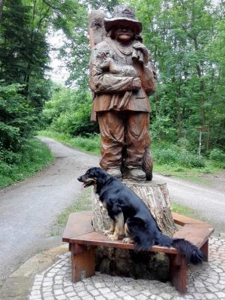 Die erste Holzfigur im Wald: Ein Förster