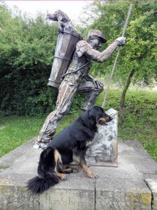 Am Ortsrand von Untergruppenbach: Ein Winzer mit Hund im Traubenkorb