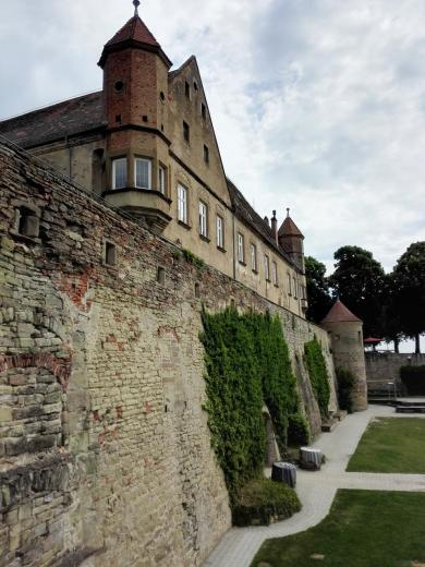 Ansicht der Burgmauern von Westen