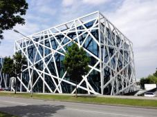 Schönes modernes Bürogebäude am Stadtrand
