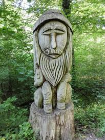 Skulpturen auf dem Skulpturenpfad im Wald