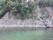 Der See führt zurzeit wenig Wasser. Am Felsgestein haben die unterschiedlichen Wasserstände ihre Spuren hinterlassen