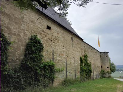 An der mächtigen Burgmauer