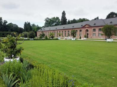 Der linke Zirkelbau neben dem Schloss enthält u.a. die Orangerie