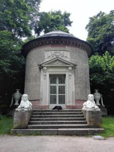 Tempel der Waldbotanik mit Wachhund Doxi