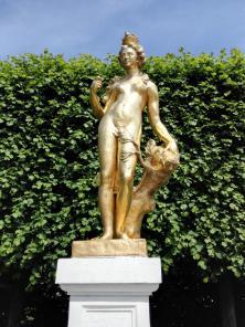 Figur des Atlas neben dem Schloss