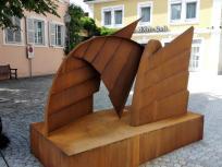 Skulptur gegenüber der Kirche