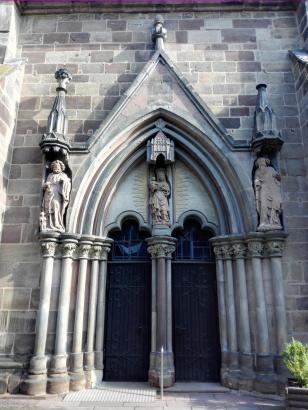 Seitenportal der Kirche
