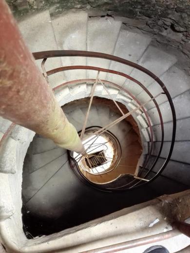 Treppen und Leitern führen hinauf zur Spitze des Bergfrieds
