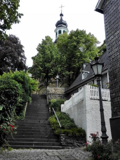 Blick vom Marktplatz hinauf zur Kirche