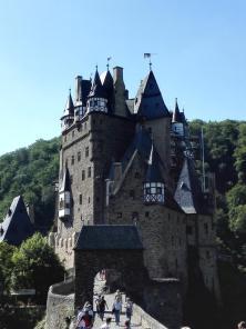 Vor der Burg Eltz