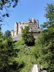 Blick auf die Burg von der Brücke über den Eltzbach