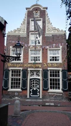 """Das Haus """"Samson"""", erbaut 1643 im Barockstil, beherbergt heute u.a. eine Weinhandlung"""